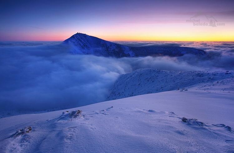 Photo: michalbalada.com;link: https://www.michalbalada.com;desc: Sněžka při východu slunce. Přesný čas východu, západu slunce i soumraku vám ukáže detailní předpověď po přesunutí doprava.;