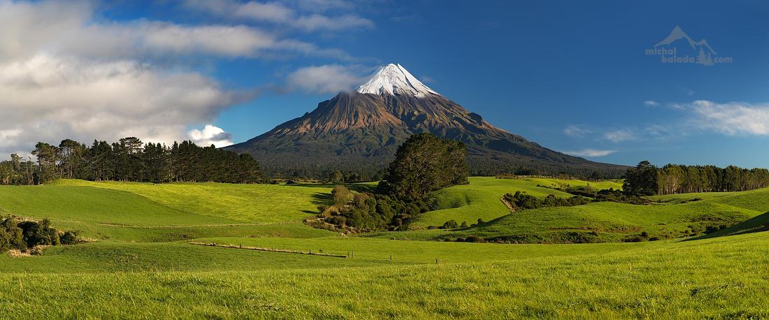 """Photo: michalbalada.com;link: https://www.michalbalada.com;desc: Zasněžený vrchol Mount Taranaki, Nový Zéland. Oblačnost můžete sledovat po volbě """"více vrstev"""" v pravé postranní liště.;"""