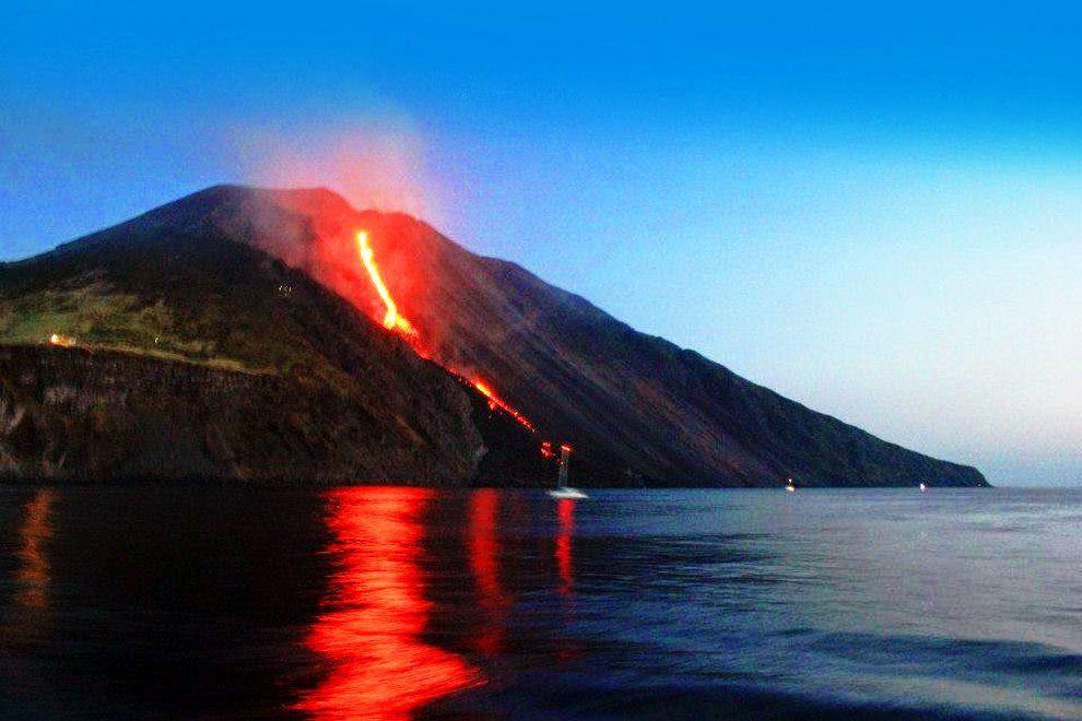 Photo by: unknown; desc: Il vulcano Stromboli durante eruzione; licence: cc