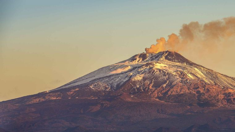 Photo by: GetyourGuide; desc: Etna visto da Catania; licence: cc
