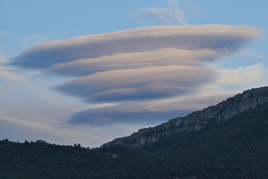 Photo: Marc Veraart;desc: Altocumulus lenticularis cloud type classification.;link: https://www.flickr.com/photos/marcveraart/4723153673/;licence: cc;