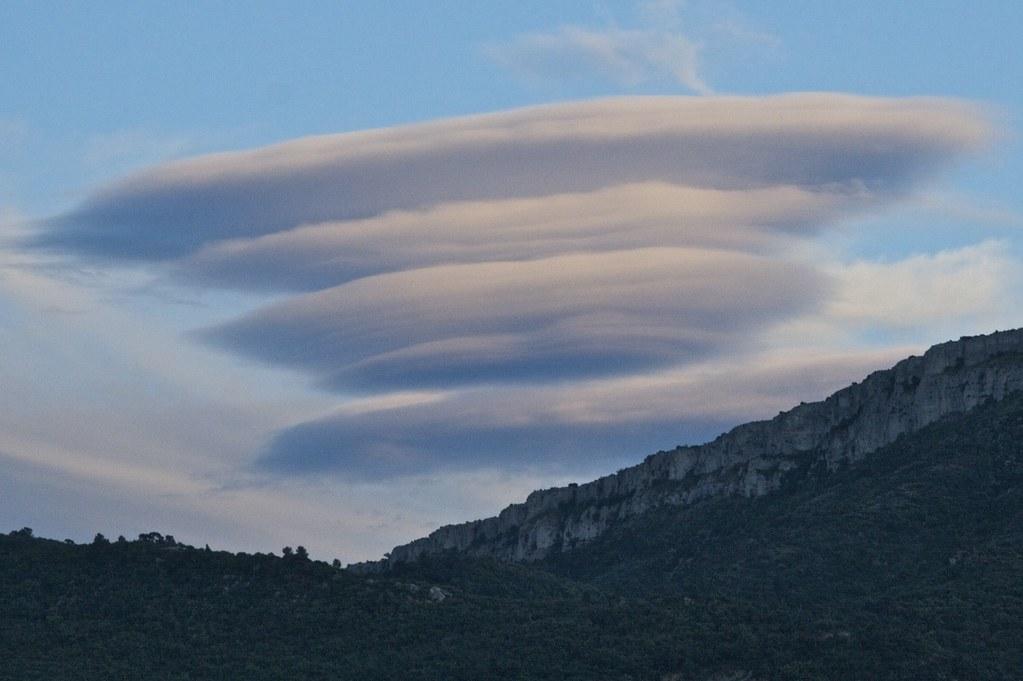 Photo: Marc Veraart;desc: Altocumulus lenticularis cloud type classification.;link: https://www.flickr.com/photos/marcveraart/4723153673/;licence: cc;