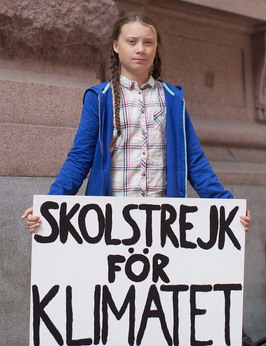 photo:Anderspangpang;desc:Greta Thunberg in front of the Swedish parliament in Stockholm, August 2018;licence:cc