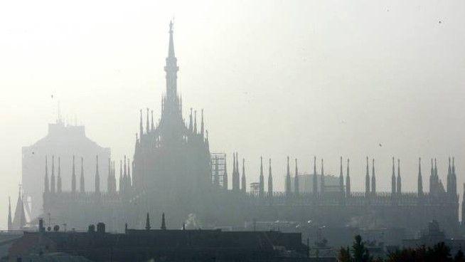Photo by: Il Giorno; desc: foschia generata dallo smog su MIlano; licence cc