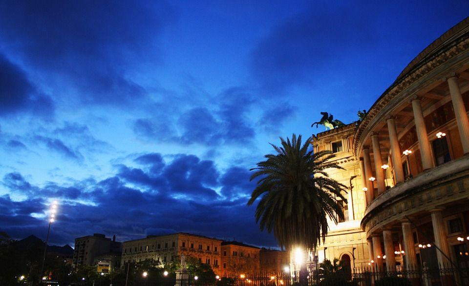 photo by: Natalia Aggiato; desc: Il teatro Politeama di Palermo; licence cc