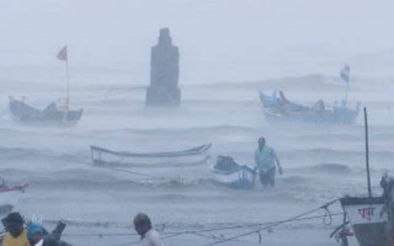 Photo by: Ani; desc: La situazione dopo il passaggio del ciclone; licence: cc