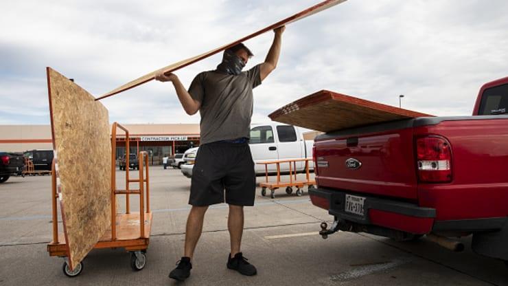 Photo by: gettyimages; desc: Un cliente carica il compensato su un camion fuori da un negozio a Home Depot prima dell'uragano Laura a Galveston, in Texas, martedì 25 agosto 2020.