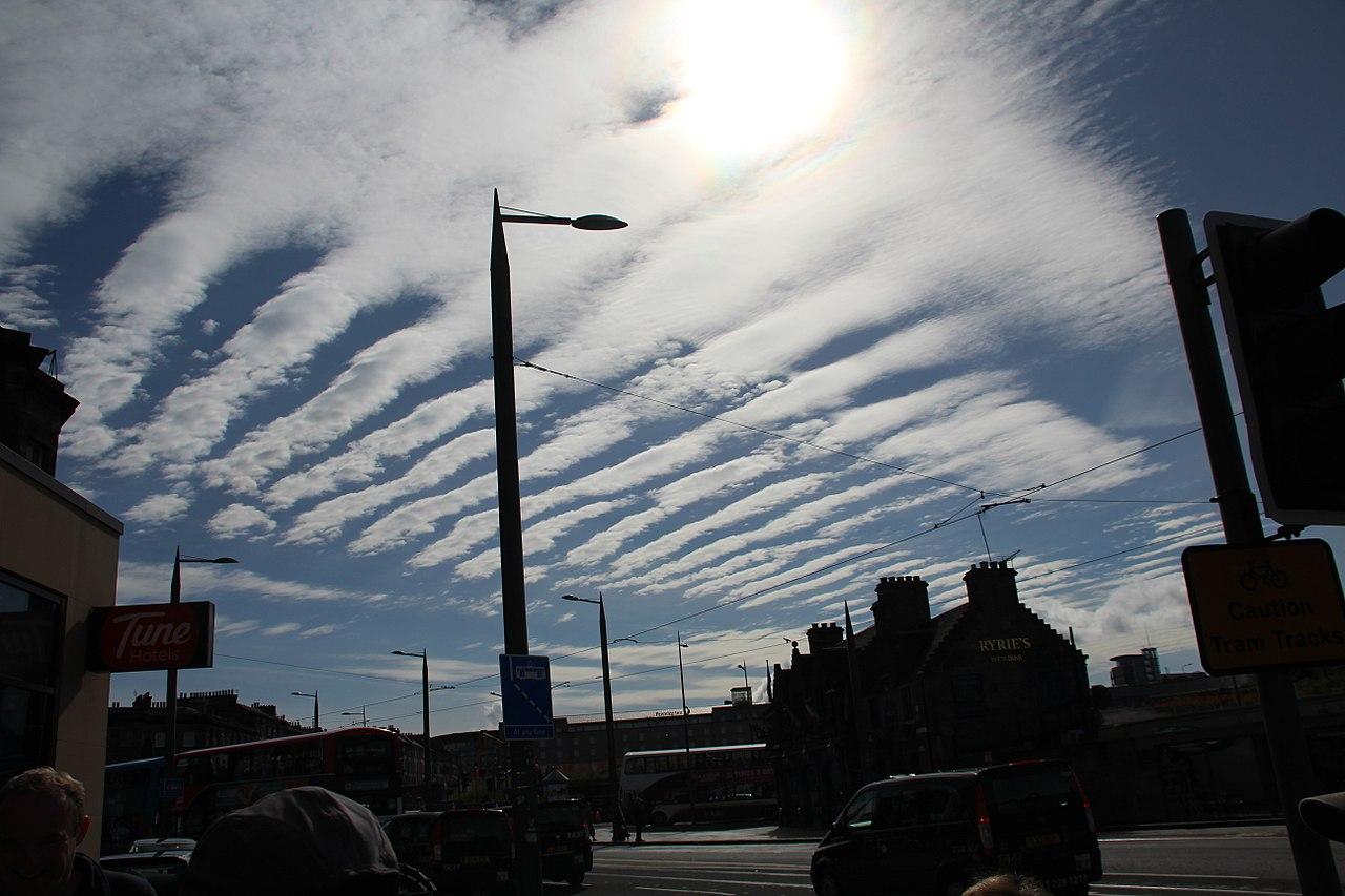 photo: GerritR;desc: Altocumulus stratiformis cloud classification mid-level.;link: https://commons.wikimedia.org/wiki/File:Altocumulus_stratiformis_undulatus_translucidus_perlucidus_radiatus_über_Edinburgh.jpg;licence: cc;